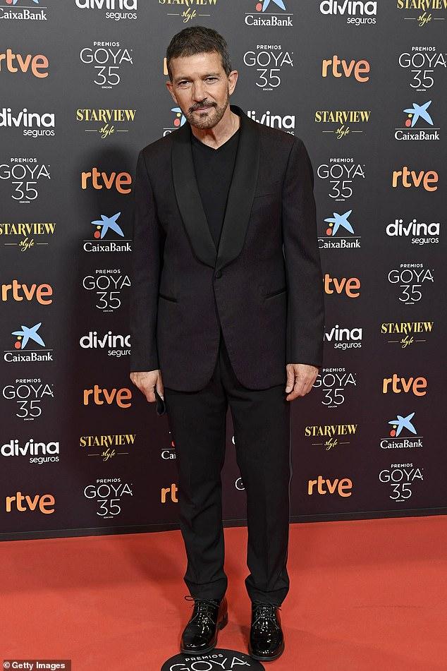 Elegante: Antonio Banderas lució elegante mientras lideraba las estrellas en la alfombra roja de la 35a edición de los Premios Goya en Málaga, España, el sábado.