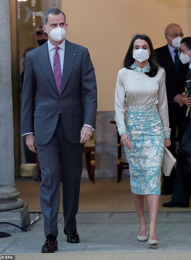 La Reina Letizia de España aturdida con un elegante atuendo totalmente de satén mientras presidía el noveno Embajador Honorario del Sello Español con el Rey Felipe (ambos en la foto)