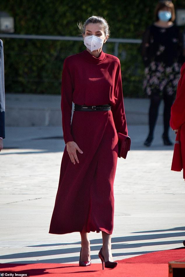 La reina Letizia de España lucía típicamente elegante con un elegante conjunto escarlata cuando salió para una visita de estado a Andorra hoy.