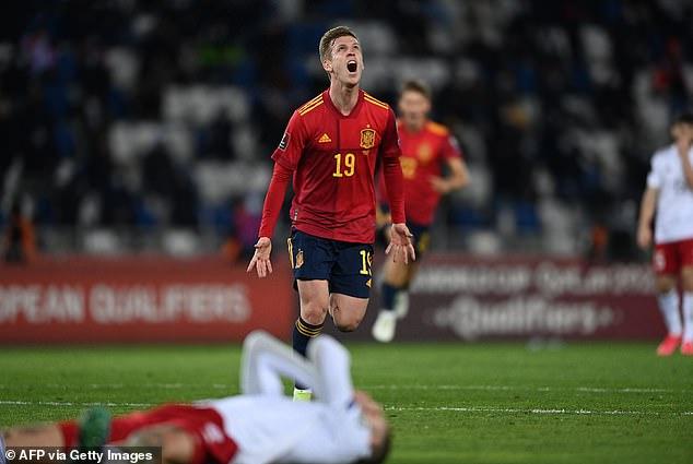 Dani Olmo (centro) anotó un gol en el minuto 92 para que España venciera 2-1 a Georgia el domingo por la noche.