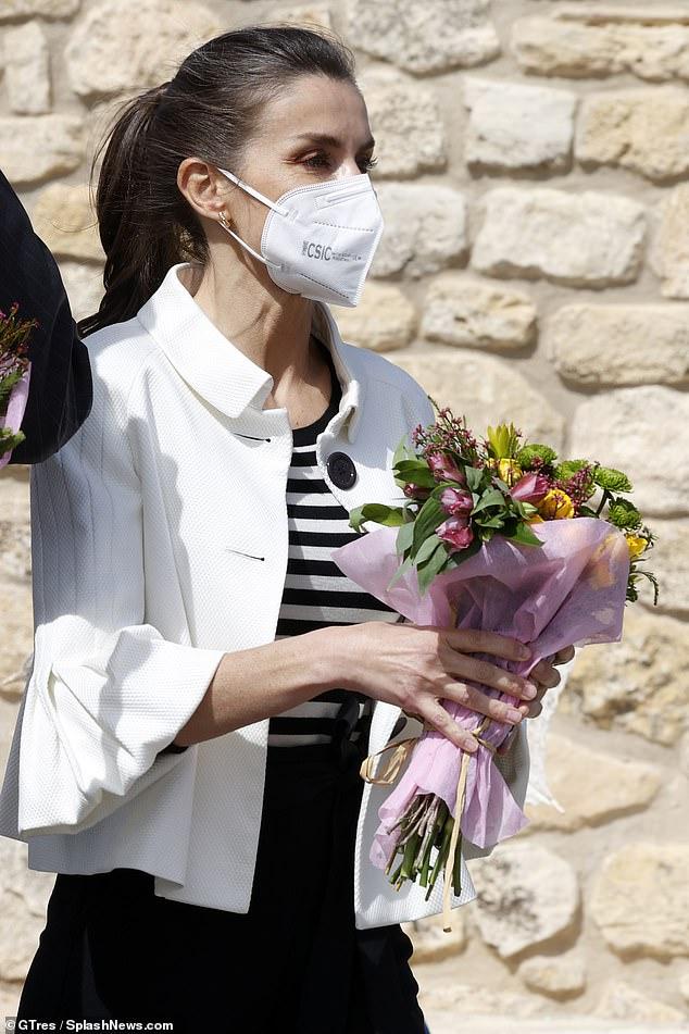 La reina Letizia de España (en la foto) lució elegante con una chaqueta blanca con peplum y mangas acampanadas recortadas en una visita a Zaragoza hoy.