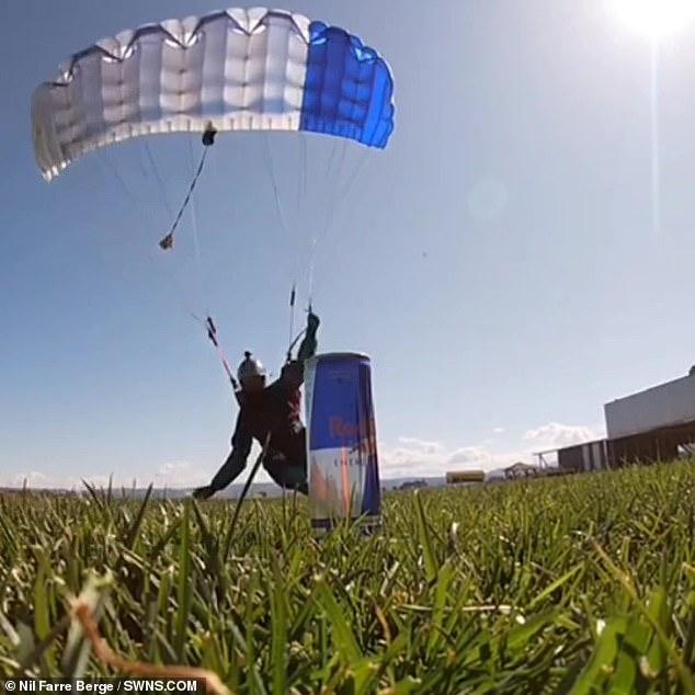 El parapente Nil Farre Berge, de 28 años, de Barcelona, España, saltó desde los 12.000 pies y llegó a la máxima velocidad, pero aún así hizo el agarre de precisión en un movimiento fluido.  Las imágenes muestran al señor Berge corriendo por el aire con su paracaídas abierto