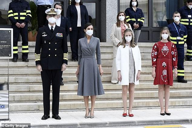 La reina Letizia de España y el rey Felipe se unieron hoy a sus hijas parecidas, las princesas Leonor y Sofía, para la ceremonia de lanzamiento de un nuevo submarino (en la foto)