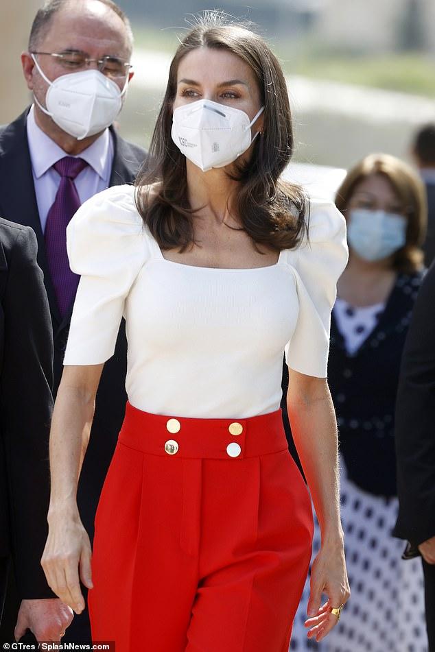 La Reina Letizia de España sorprendió hoy con un traje rojo y blanco mientras asistía al Congreso Educativo sobre Enfermedades Raras en Totana, Murica