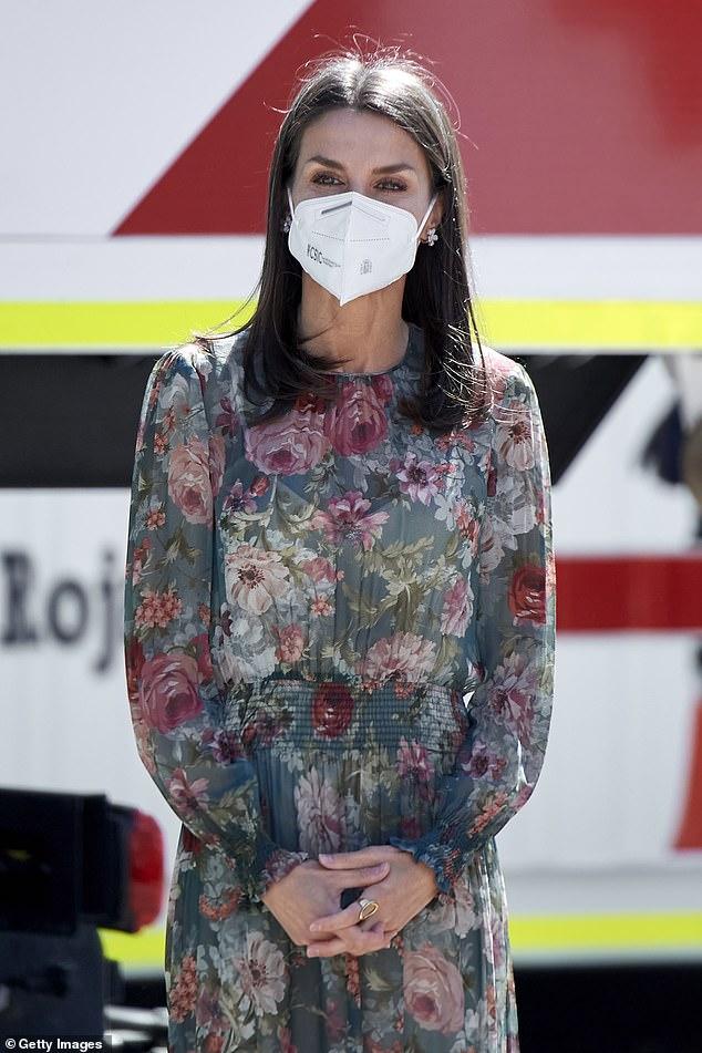 La reina Letizia de España, de 48 años, dio un paso adelante con estilo al asistir hoy al Día de Recaudación de Fondos de la Cruz Roja en Madrid