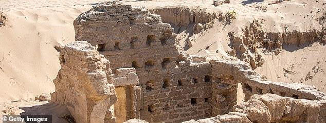 La arena de la playa gaditana de Caños de Meca conserva este complejo de baños del siglo I, que aún conserva intactas una puerta, ventanas y paredes.