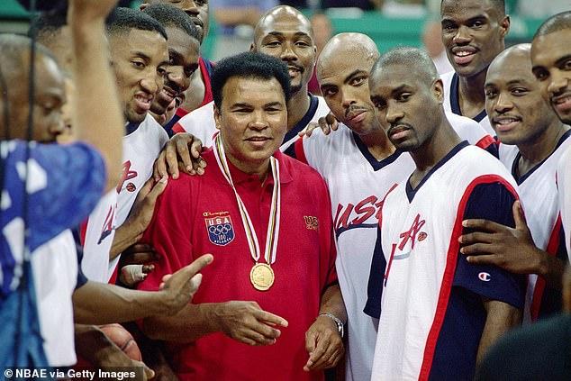 Gary Payton (segundo desde la derecha) posó junto a Muhammad Ali durante los Juegos Olímpicos de 1996