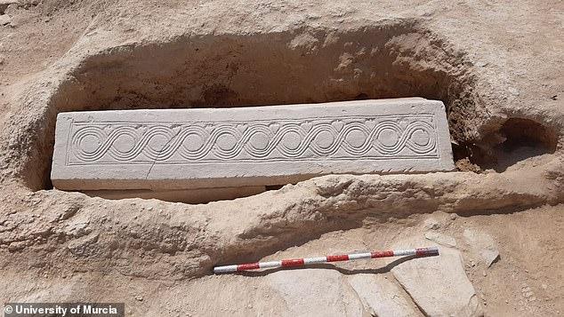 Midiendo alrededor de seis pies y siete, el ataúd de piedra tallada (arriba) está decorado con patrones geométricos entrelazados con intrincados diseños de hojas de hiedra.