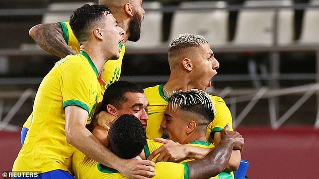 Brasil celebra tras vencer 4-1 a México en los penaltis para llegar al partido por la medalla de oro