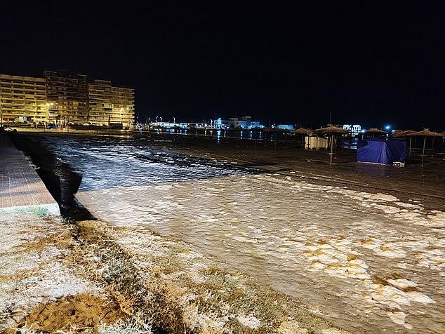 La localidad de Alicante, Santa Pola, ha sido golpeada por un meteotsunami que inundó calles y playas y dañó coches tras severos cambios en la presión atmosférica.