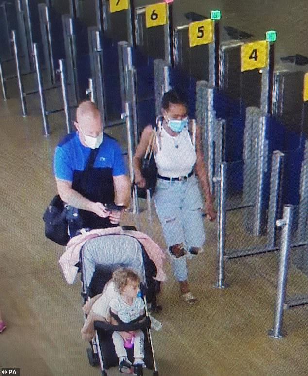 Se cree que Kelly Gibson, de 35 años, y Lee Rogers, de 39, abordaron un vuelo de Glasgow a Alicante con su hija, Gracie-May Rogers, el martes (fotografiados juntos en el aeropuerto de Glasgow)