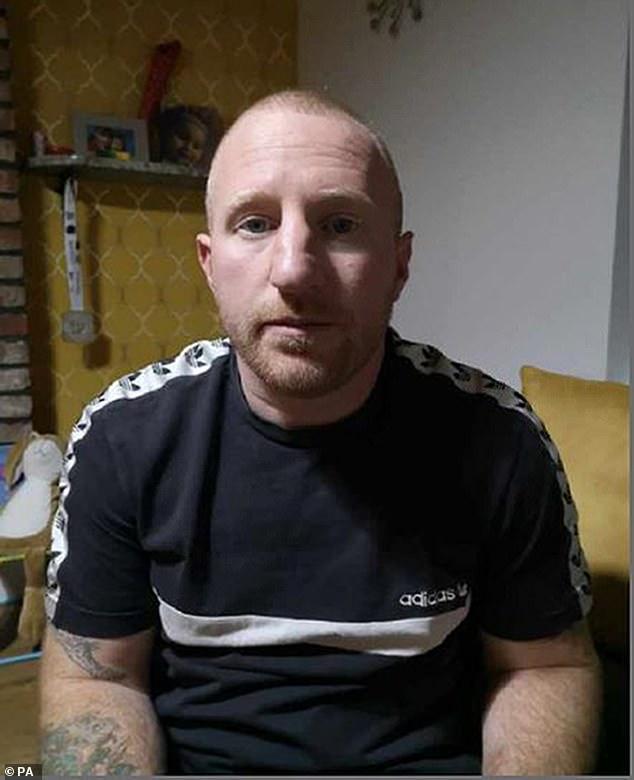 Lee Rogers, de 39 años, fue arrestado por agentes después de aterrizar en el aeropuerto de Glasgow el martes.