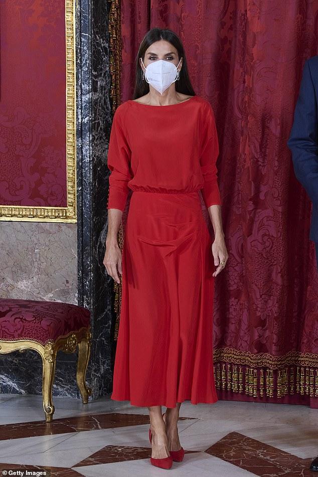 La reina Letizia de España fue la imagen de la elegancia cuando ella y su esposo el rey Felipe recibieron hoy al presidente de Colombia y a su esposa.