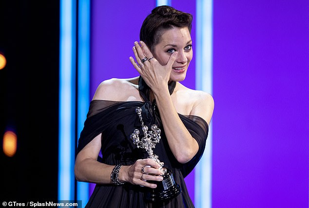 Merecida: Marion Cotillard fue en cada centímetro la heroína merecedora cuando aceptó el prestigioso Premio Donostia en el Festival de Cine de San Sebastián el viernes