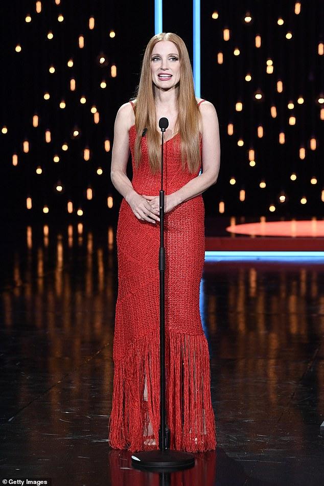 Dama de rojo: Jessica Chastain, de 44 años, lucía glamorosa vestida de rojo cuando recogió el premio Concha de Plata al Mejor Actor Protagónico en el Festival de Cine de San Sebastián en España el sábado.