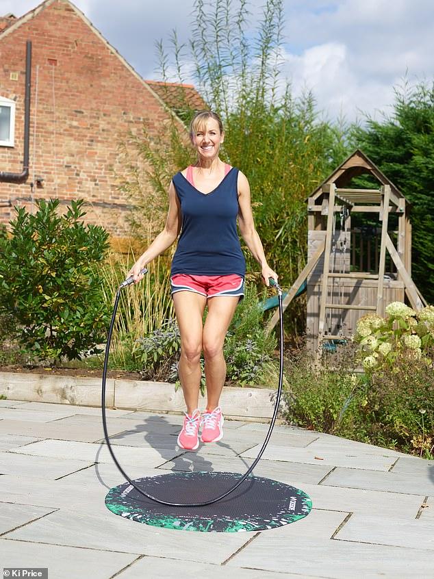 Sadie Nicholas (en la foto) probó el paquete Crossrope Get Fit, que incluye cuatro cuerdas que pesan ¼ lb, ½ lb, 1 lb y 2 lb con dos juegos de mangos de metal fáciles de cambiar