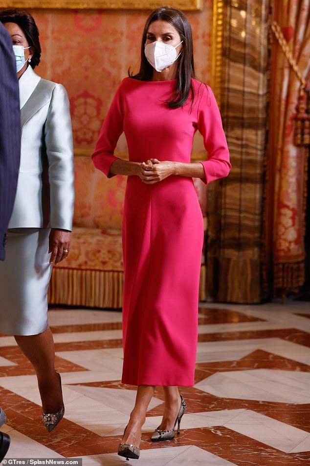 La reina Letizia de España fue la imagen de la elegancia cuando ella y su esposo el rey Felipe recibieron hoy al presidente angoleño