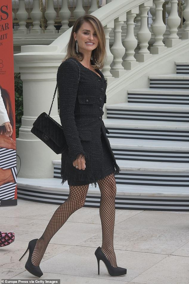 Elegante: el lunes, Penélope Cruz, de 47 años, salió con un blazer texturizado y una falda a juego para la proyección de su película Parallel Mothers en Madrid, España.