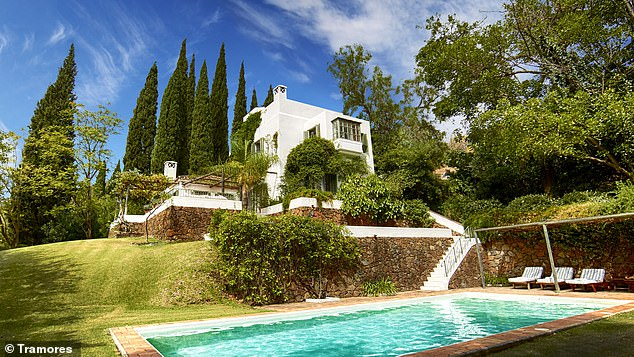 Boris Johnson ha estado de vacaciones en la lujosa villa de su compañero Tory Zac Goldsmith (en la foto de arriba) con su esposa Carrie y su hijo pequeño Wilfred, donde se ha relajado pintando en las colinas de Marbella en el sur de España.