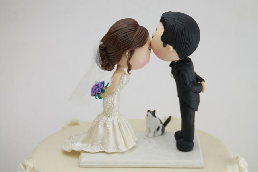 wedding cake toppers  raquo  Cute Couple Kiss With Pet Cat  Wedding Cake Topper  Wedding Figurine     Cute couple kiss with pet cat  Wedding cake topper  Wedding figurine  Bride  and Groom  Handmade  Fully customizable  Unique keepsake