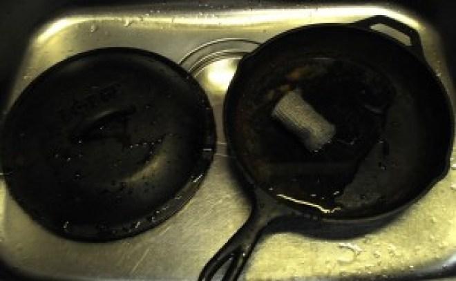 ダッチオーブンをたわし等で洗う