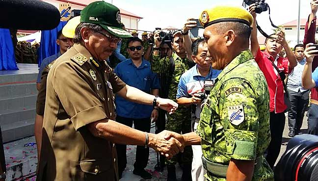Musa congratulates a Rela officer who will lead the first batch of personnel assigned to Esszone.
