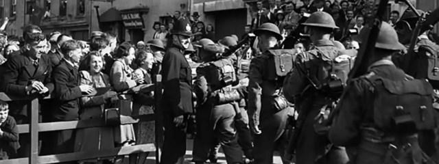 Los isleños dando la bienvenida a las tropas inglesas, tras la liberación.