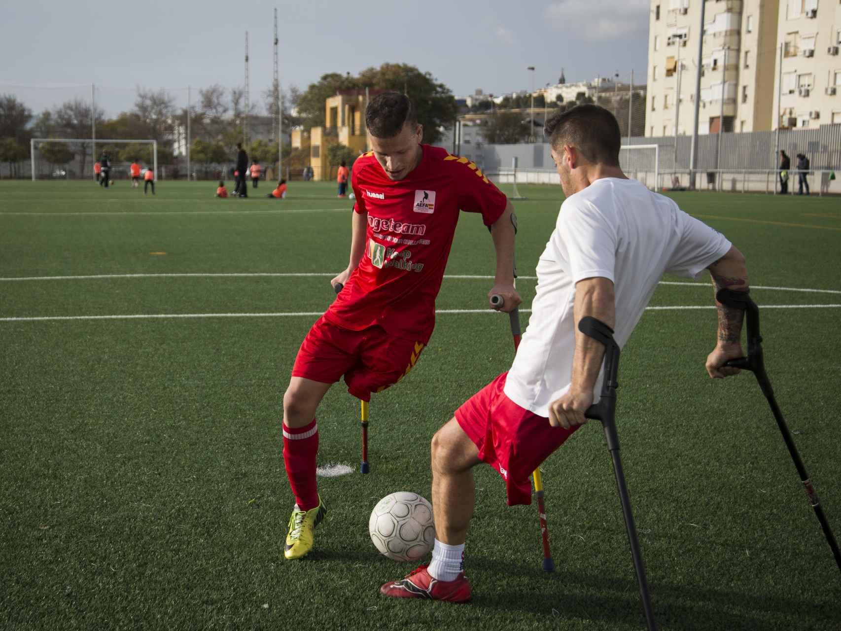 Ihan Ettalib y Francisco Vaquero, de la selección española de amputados, tras el entrenamiento.