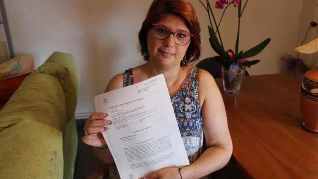 Cristina Urbano, la madre de Elia, muestra la sentencia que aprueba la histerectomía de su hija