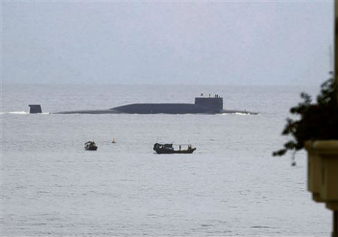 https://i2.wp.com/s4.freebeacon.com/up/2015/12/a-Chinese-nuclear-submarine-sails-past-Yalong-Bay.jpg