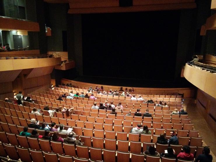 Entrada del públic a la platea del CA 660 de Santiago de Chile. El públic acabaria omplint tota la sala. © Pepe Zapata