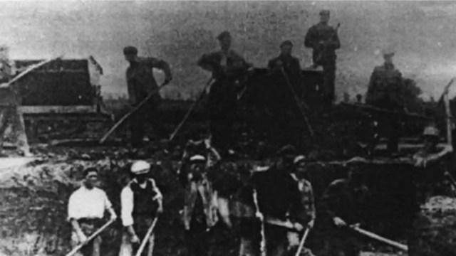 Trabajadores españoles republicanos forzados en el campo de concentración.
