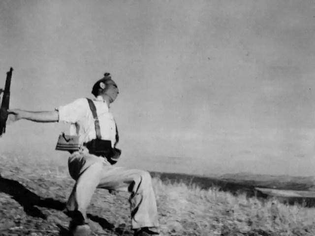 Fotografía Muerte de un miliciano, tomada en Espejo, en el frente de Córdoba, el 5 de septiembre de 1936. Robert Capa / Magnum Photos / Contacto