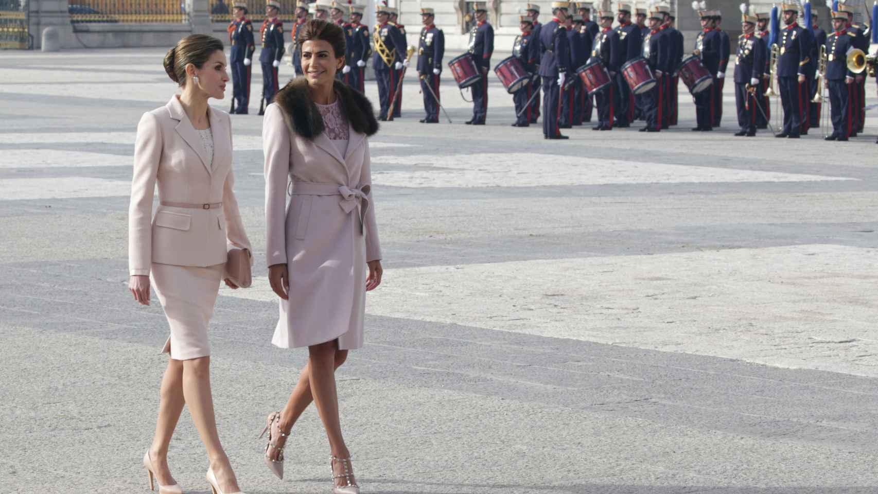 Letizia y Juliana Awada en el patio del Palacio Real.