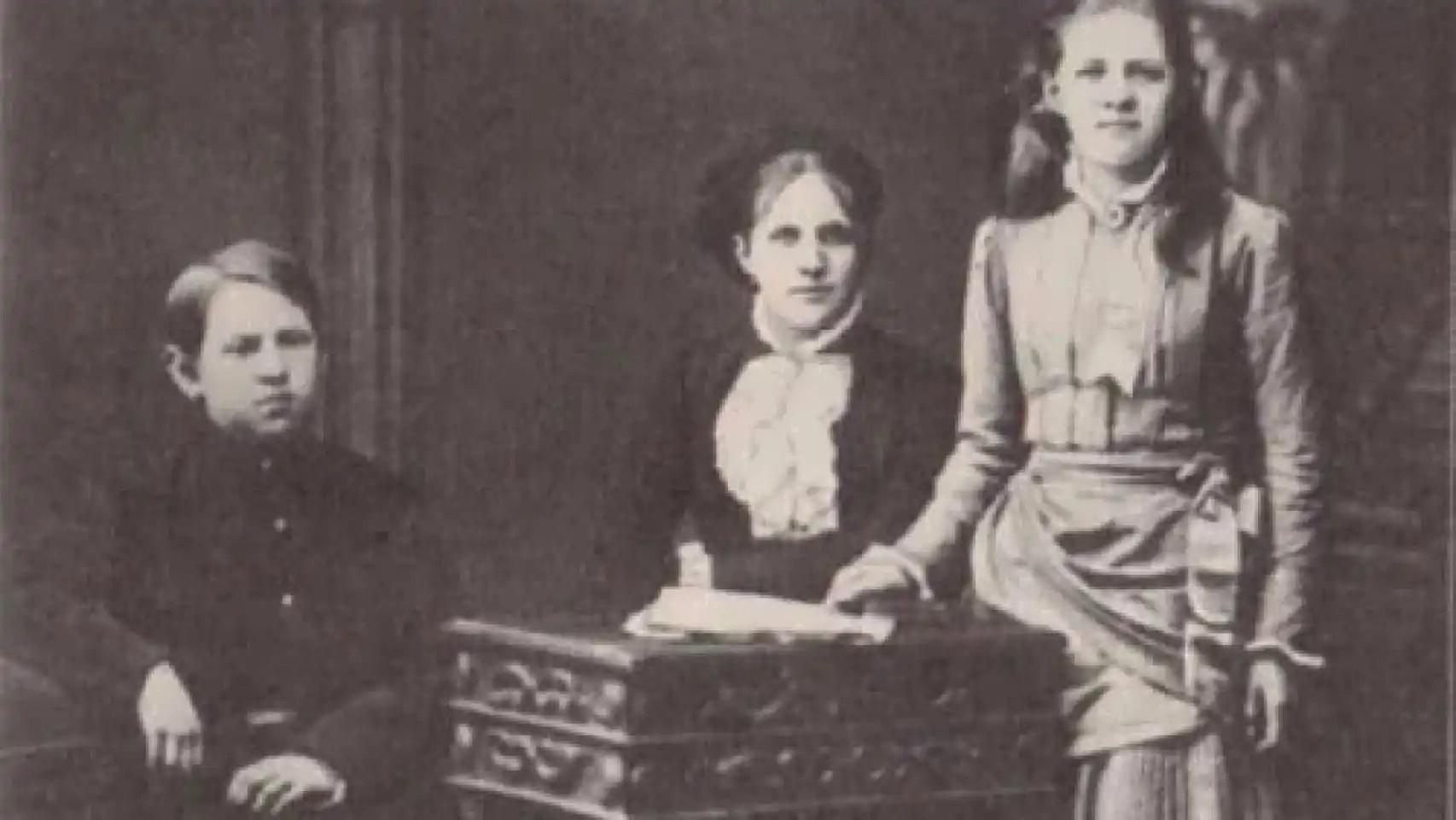Anna, esposa de Dostoievski, con sus hijos.