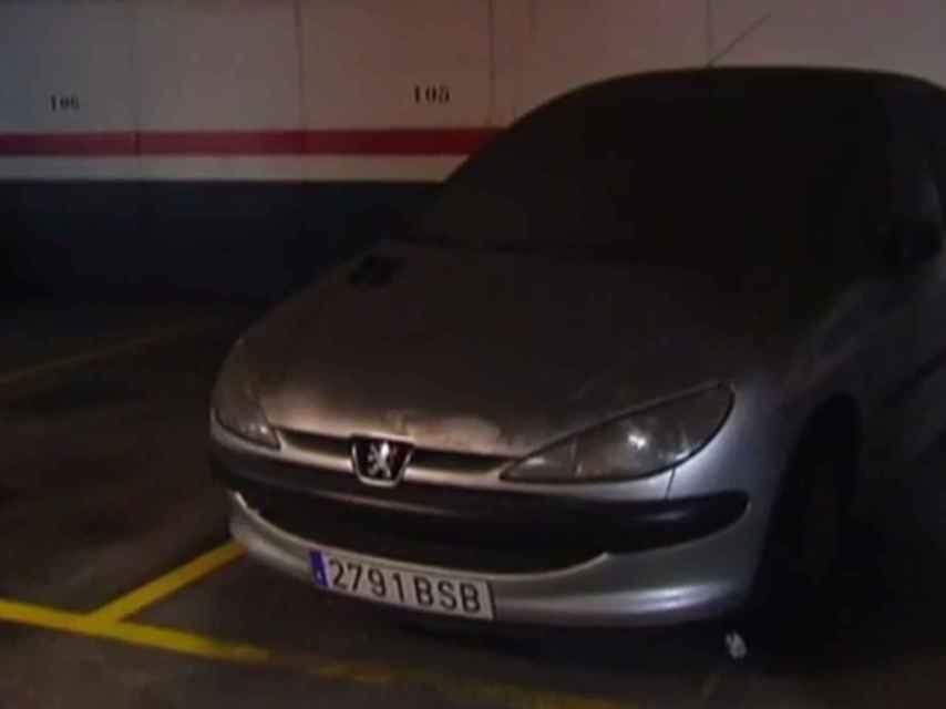 El coche de María del Rosario acumulaba suciedad desde hace años.