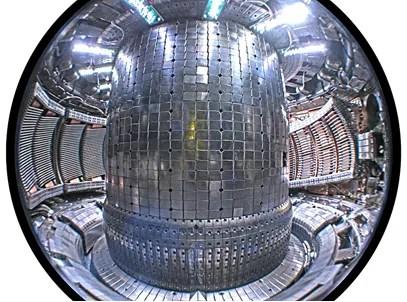 Imagem do interior de um reator do tipo Tokamak, por onde passa o plasma