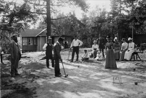 Män_och_kvinnor_spelar_krocket_framför_hus_på_Lidingö_-_Nordiska_Museet_-_NMA.0040765