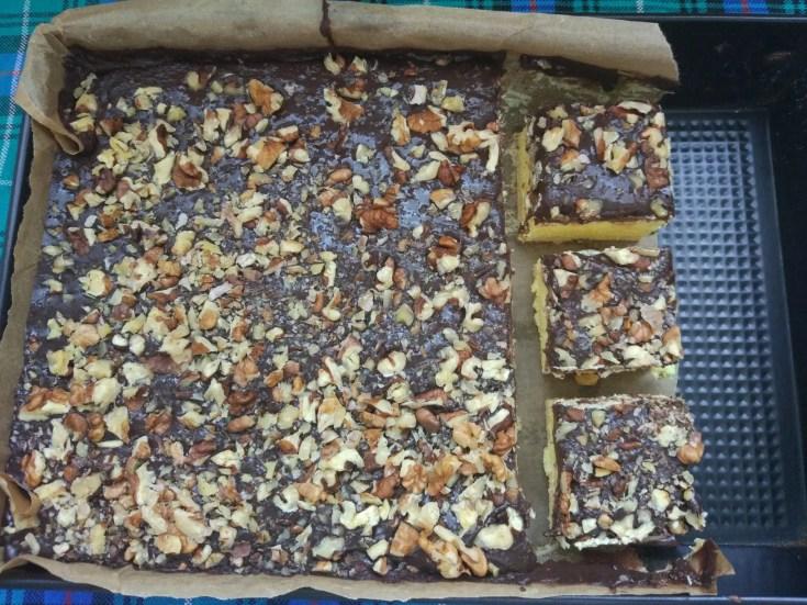 , Budyniowiec  z masa czekoladowa i orzechami
