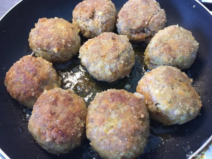 Zapiekane pulpety z ziemniakami w sosie śmietanowo-pomidorowym