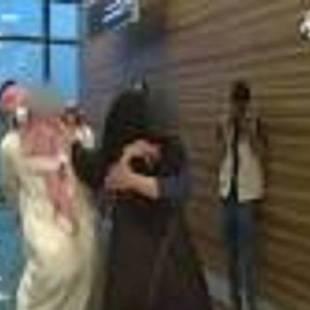 """شاهد .. مشهد مؤثر لأم سعودية تستقبل طفليها بعد تحريرهما من قبضة """"داعش"""".."""