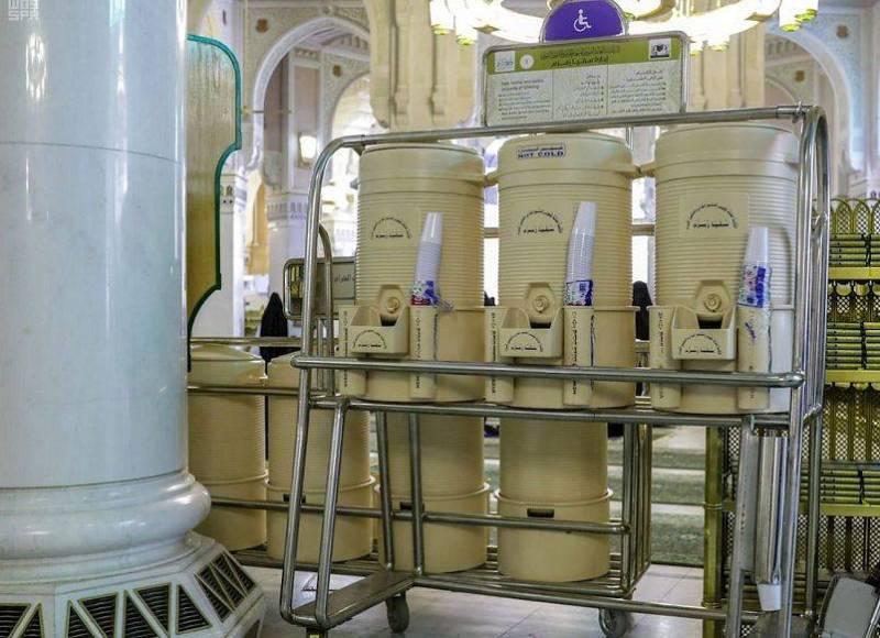 إدارة سقيا زمزم تنشر أكثر من 10000 حافظة لمياه زمزم في المسجد الحرام