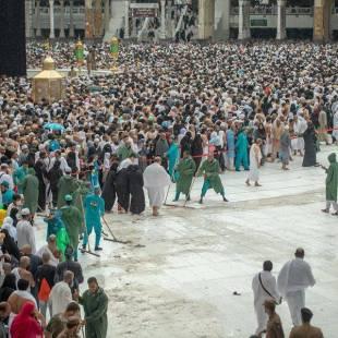 """شؤون الحرمين تحشد أكثر من """" 2000 """" عامل وعاملة وقت هطول الأمطار على المسجد الحرام"""