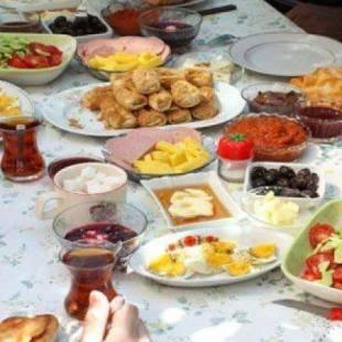 نصائح طبية لمن يتناولون وجبة الإفطار بسرعة لتجنب الحموضة