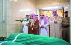 أمير المدينة يؤدي الصلاة على وزير الإعلام الأسبق علي الشاعر
