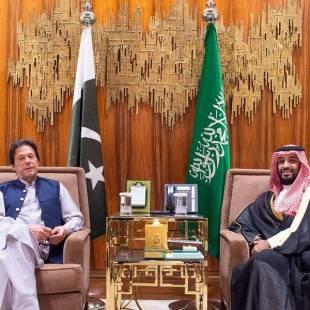 سمو ولي العهد يجتمع مع رئيس وزراء جمهورية باكستان الإسلامية