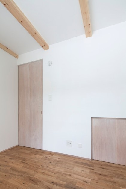1階子供部屋 階段下の収納も活用。