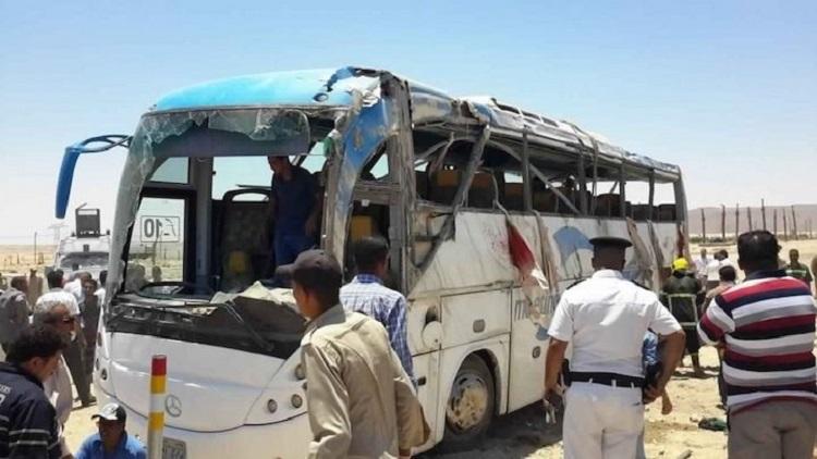 هجوم على حافلة أقباط وسط مصر يقتل 12