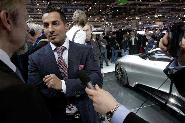 Saab Designer Jason Castriota erklärt der Presse den Saab PhoeniX Concept