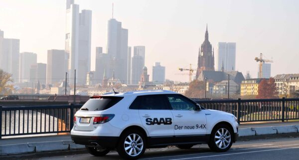 Saab 9-4x frente al horizonte de Frankfurt